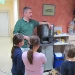 Hr Neunzig beantwortet die Fragen der Kinder